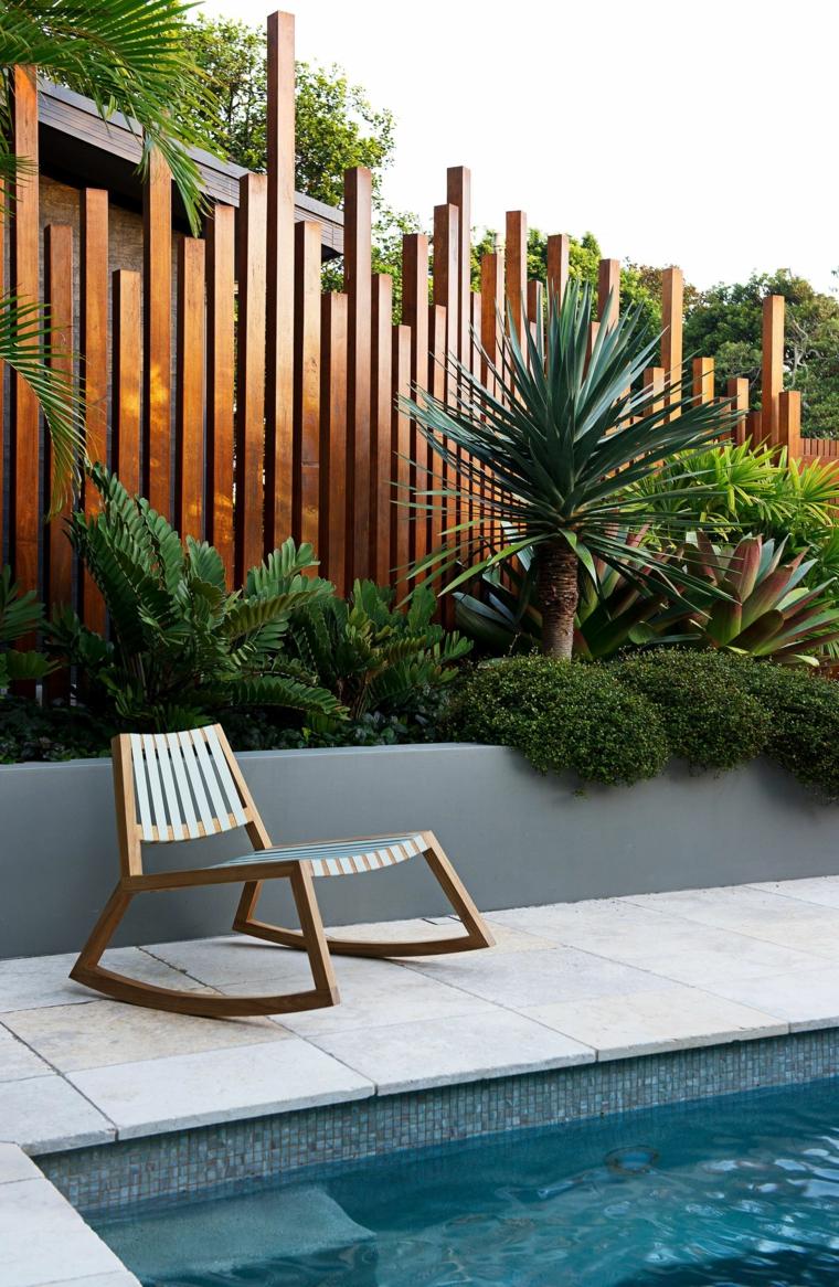 piccolo giardino con piscina decorazione con piante verdi recinzione in legno