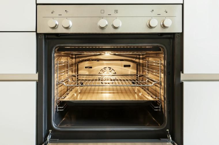 pulire il forno elettrico autopulente con griglia e teglia