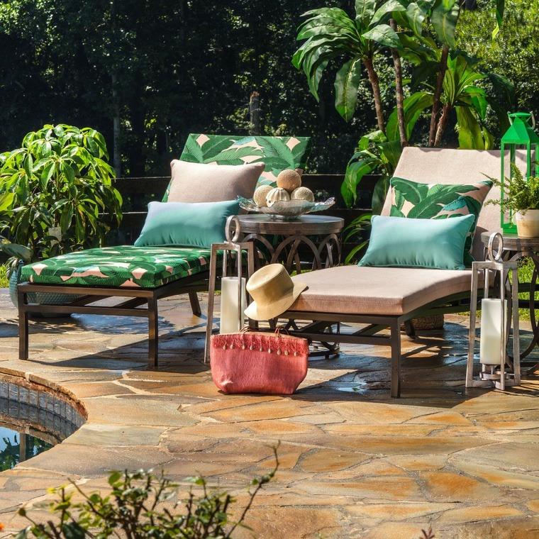 sdraio in legno cuscineria con motivi tropicali progetto giardino rettangolare
