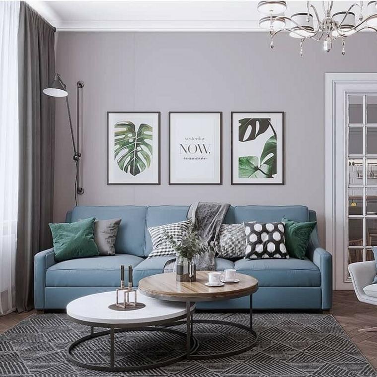 soggiorno con parete grigia divano color tiffany tavolini bassi con oggetti decorativi