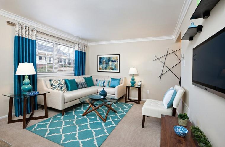 soggiorno con pareti bianche tappeto a rombi colore verde tiffany tende di colore blu