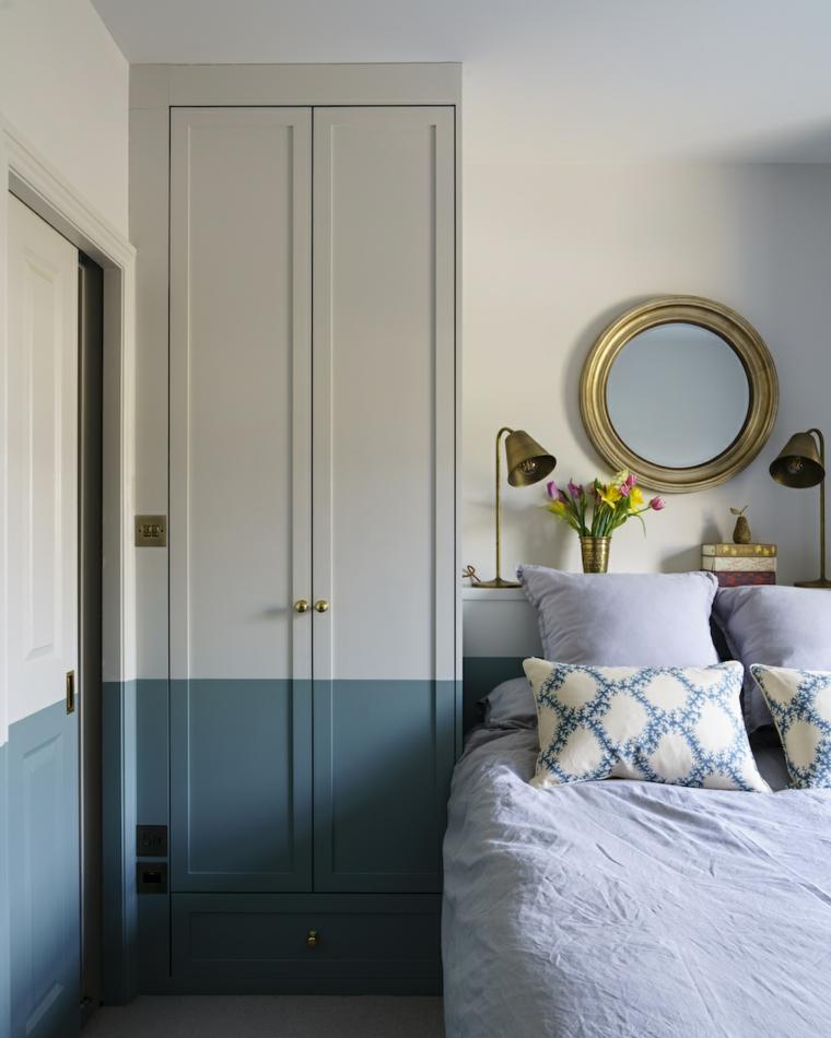 specchio sopra il letto parete di due colori grigio e blu caldo decorazione con fiori
