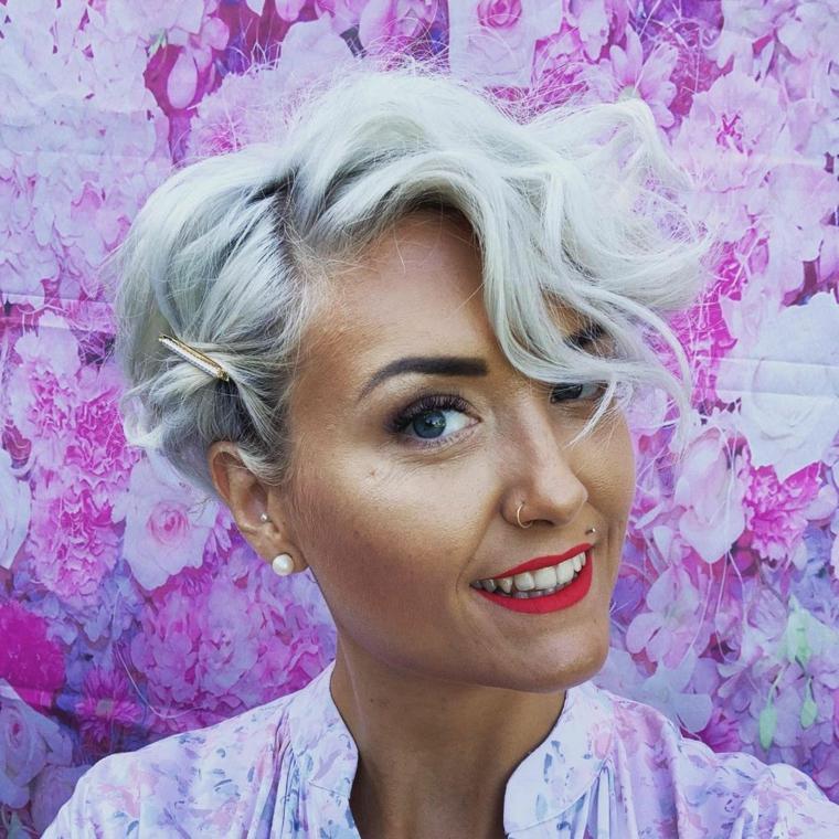 tagli capelli corti 2021 acconciatura taglio pixie con frangia laterale di colore biondo ash