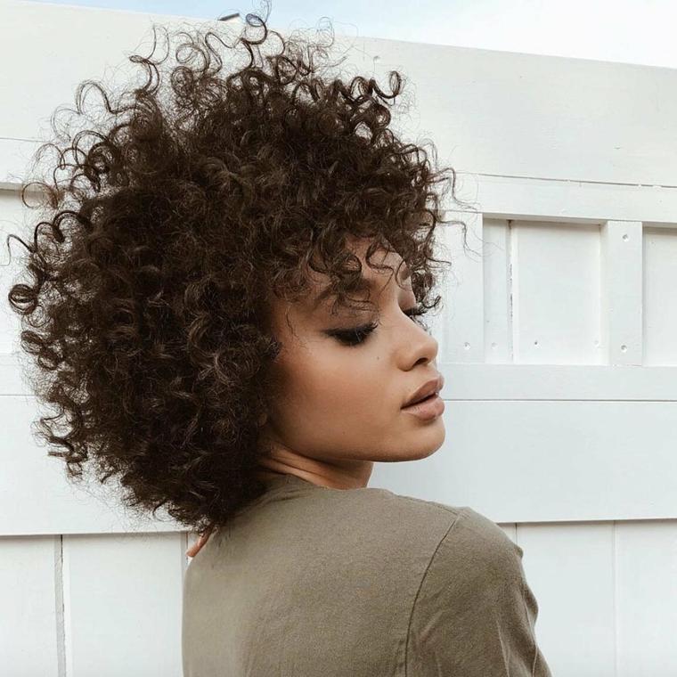 tagli capelli corti estate 2021 acconciatura ricci di colore castano con frangia