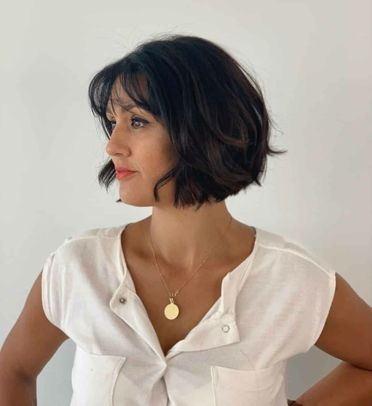 taglio capelli corti 2021 donne 50 anni donna con acconciatura leggermente mossa e frangia