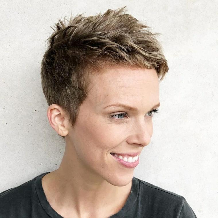 taglio di capelli donna pixie di colore biondo acconciatura femminile rasata ai lati