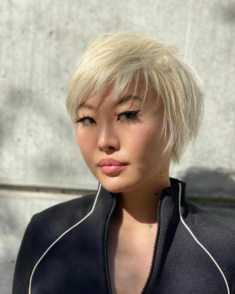 taglio pixie biondo acconciatura femminile capelli corti con frangia