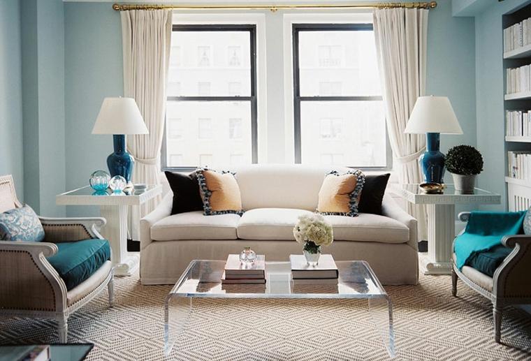 verde tiffany parete soggiorno con divano e poltrone tavolino basso trasparente