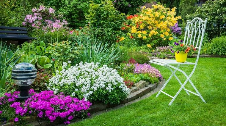 abbellire il giardino con pochi soldi aiuola con fiori colorati giardino con prato verde