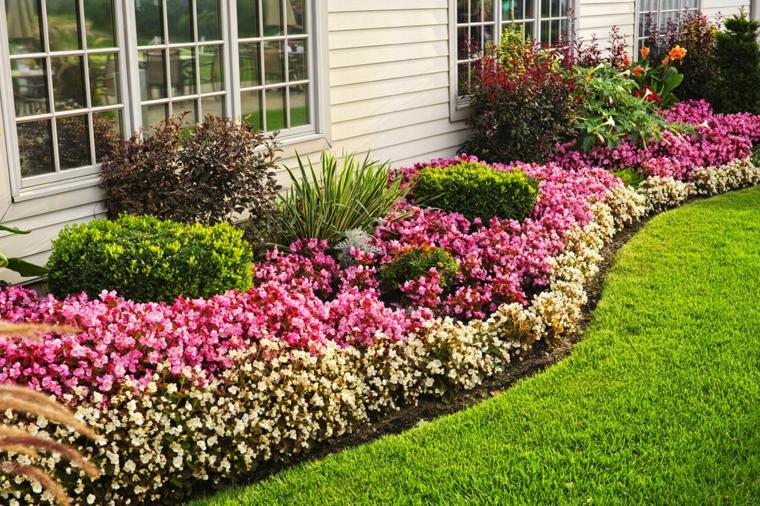 abbellire il giardino con pochi soldi prato verde con aiuola fiori colorati