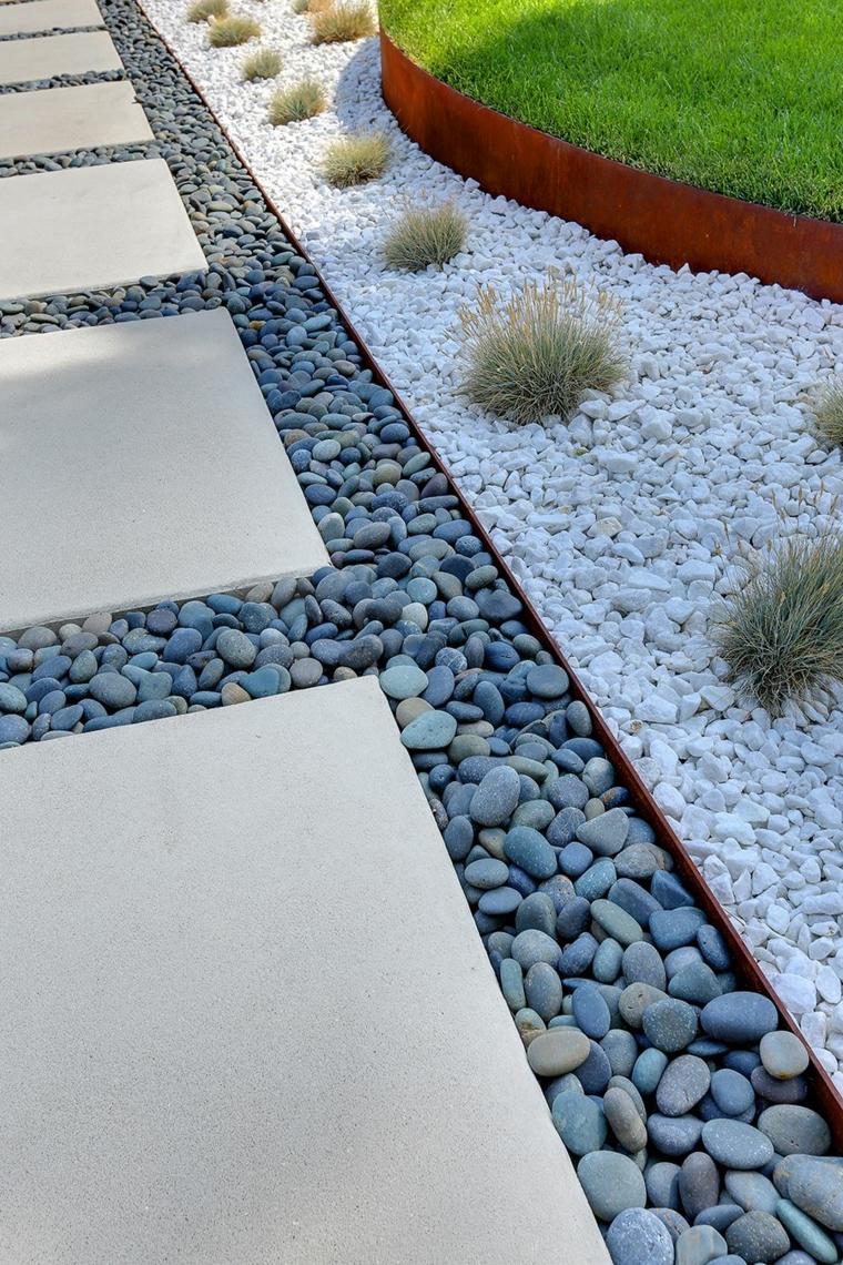 aiuole con piante grasse e sassi sentiero con grandi mattonelle bianche