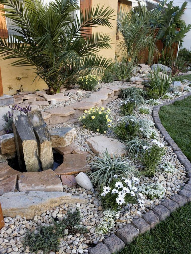 aiuole con sassi e piante perenni giardino con bordure di mattoni
