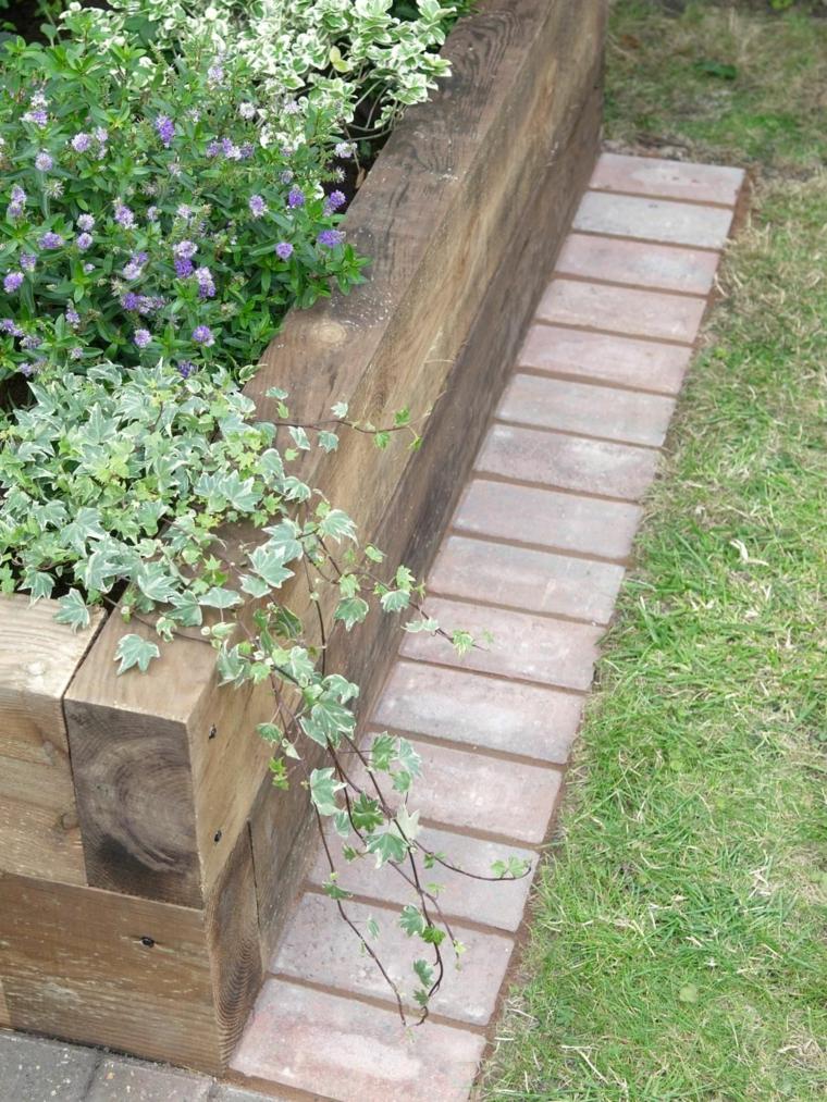 aiuole con sassi e piante perenni letto per fiori di travi di legno