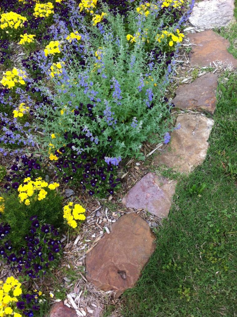 aiuole con sassi fai da te giardino con fiori colorati di giallo