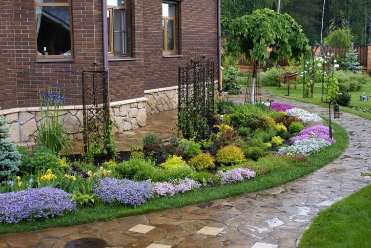 aiuole con sassi fai da te giardino con fiori perenni dai petali colorati