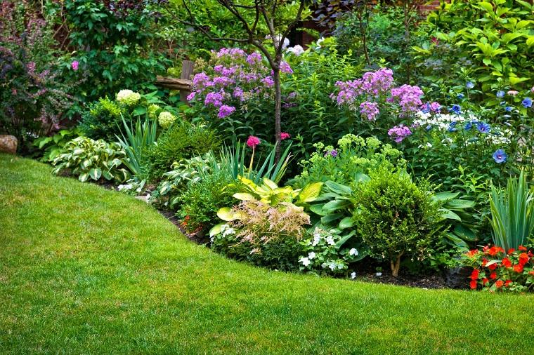 aiuole economiche fai da te decorazione giardino con fiori colorati
