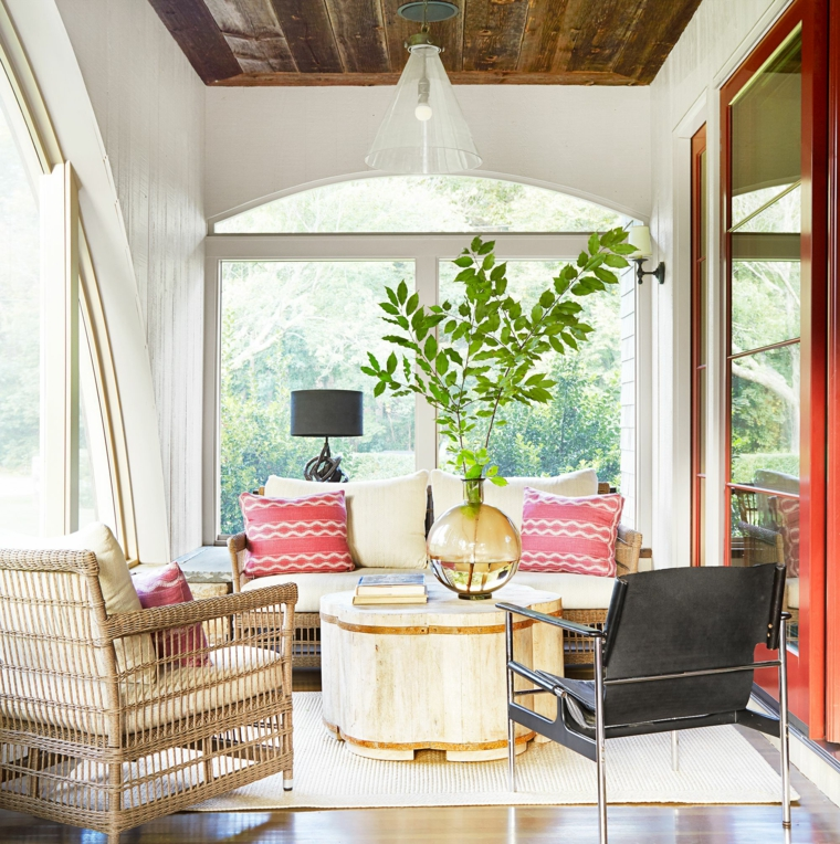 arredo con set soggiorno da esterno in rattan decorazione con pianta e tappeto
