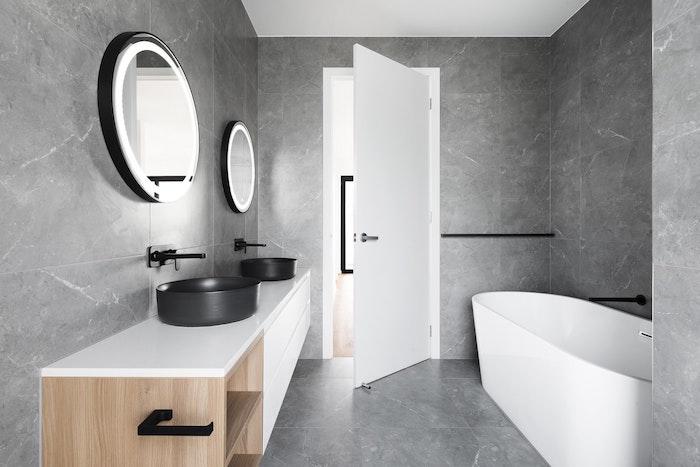 bagno di design minimal in grigio antracite e bianco