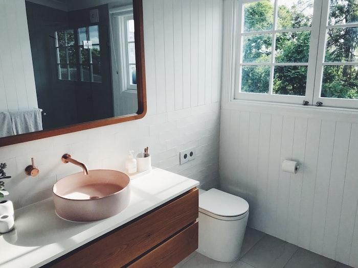 bagno rustico bianco con grande finestra