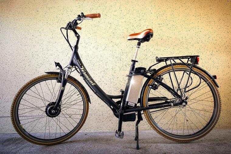 bicicletta elettrica per donna e bike con gomme colorate