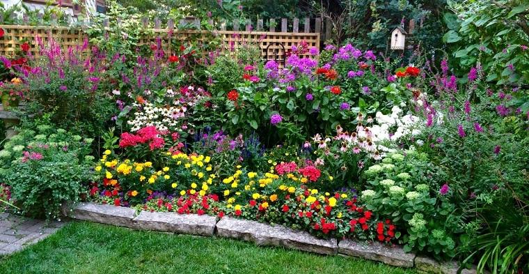bordure aiuola con mattonelle fiori da giardino stagionali colorati