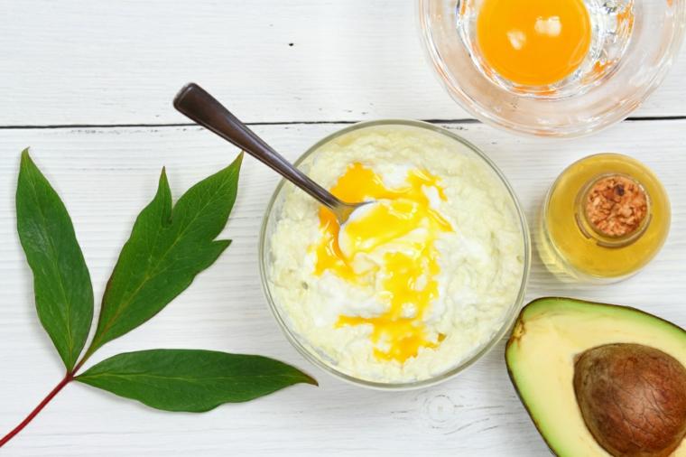 ciotola con yogurt olio e avocado come fare una maschera per capelli secchi in casa