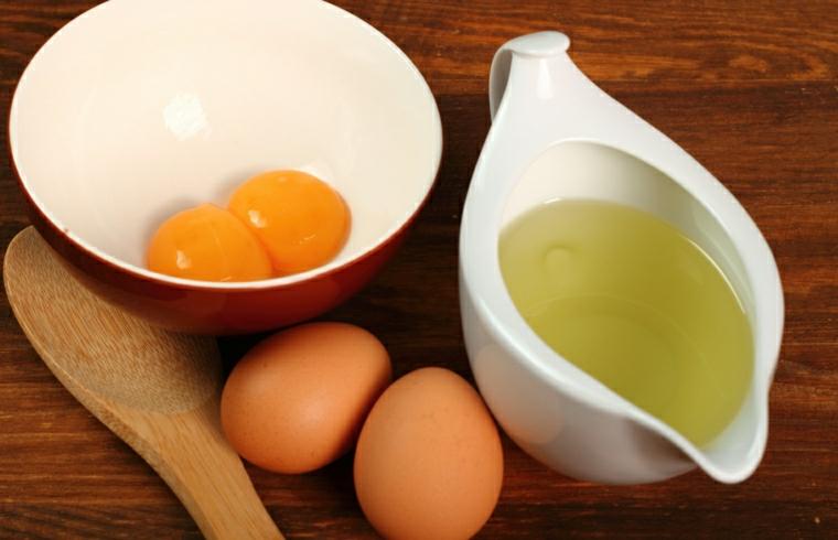 come nutrire i capelli danneggiati ciotola con tuorli uovo idratare con olio