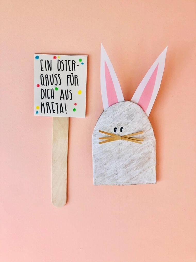 coniglietto fatto d rotolo di carta ritagliato e dipinto bigliettino su stecchino di legno