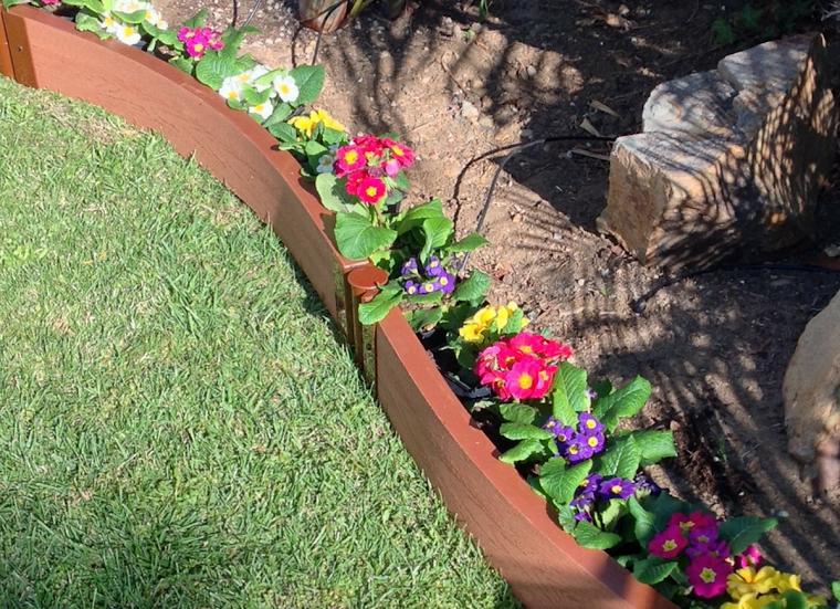 cordoli per aiuole fai da te primule colorate decorazione giardino con rocce
