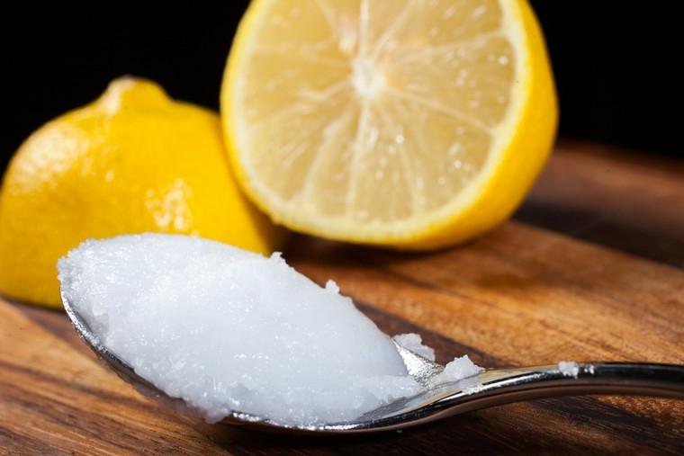 cucchiaio con olio di cocco e succo di limone maschera per capelli rovinati