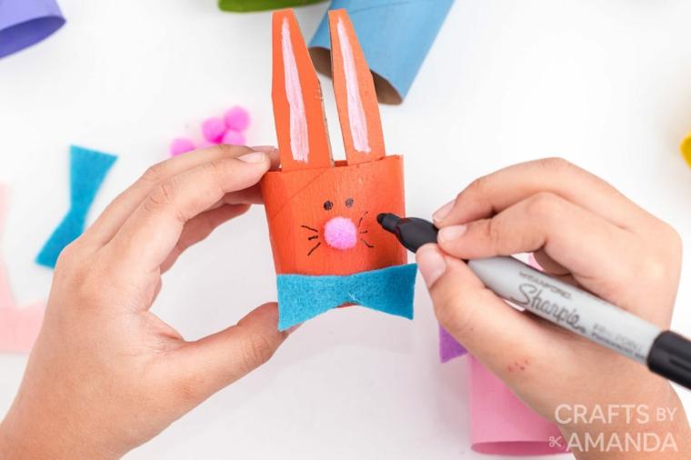 disegnare un coniglietto coniglio con rotolo di carta igienica