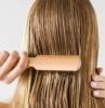 donna che si pettina maschera per capelli secchi fai da te