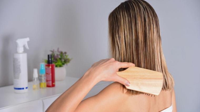 donna che si pettina taglio long bob biondo maschera idratante capelli fai da te