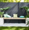 ghiaia da giardino recinzione con muro di legno decorazione con piante dalla foglia verde