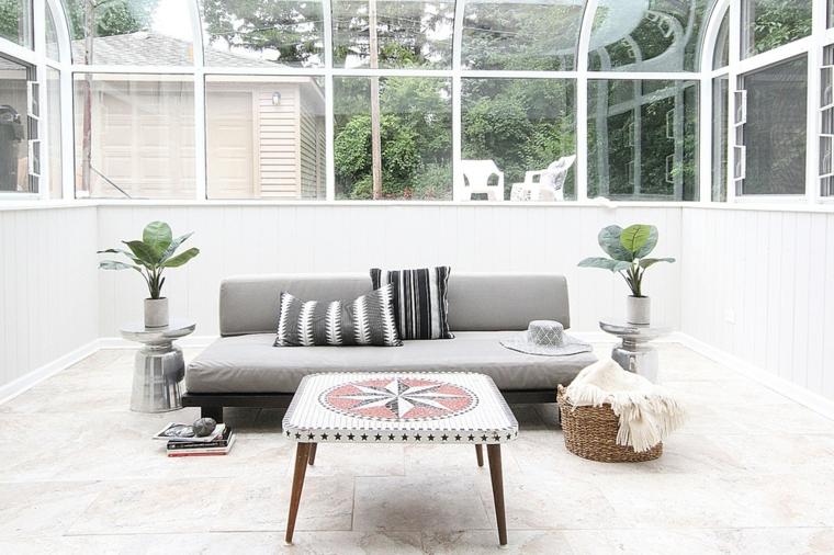 giardino d inverno fai da te arredamento con divano grigio e tavolino di marmo