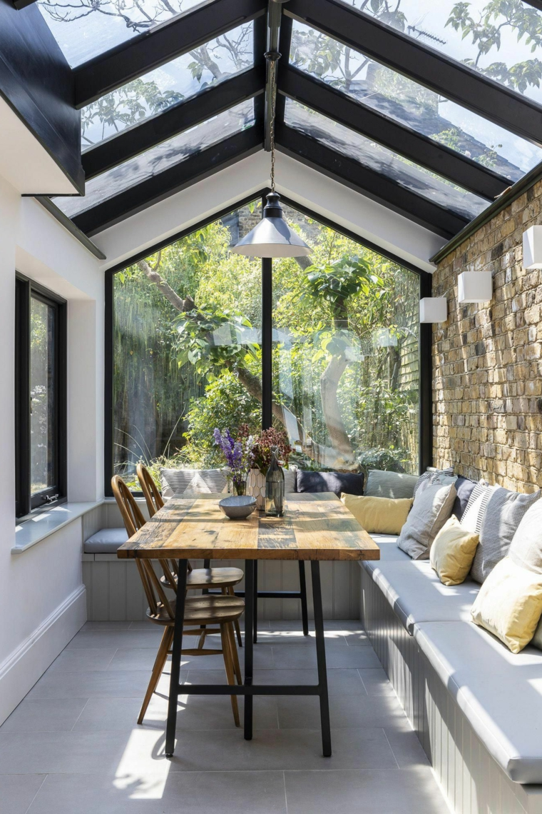 giardino inverno abitabili arredamento con panchina e tavolo da pranzo soffitto in vetro