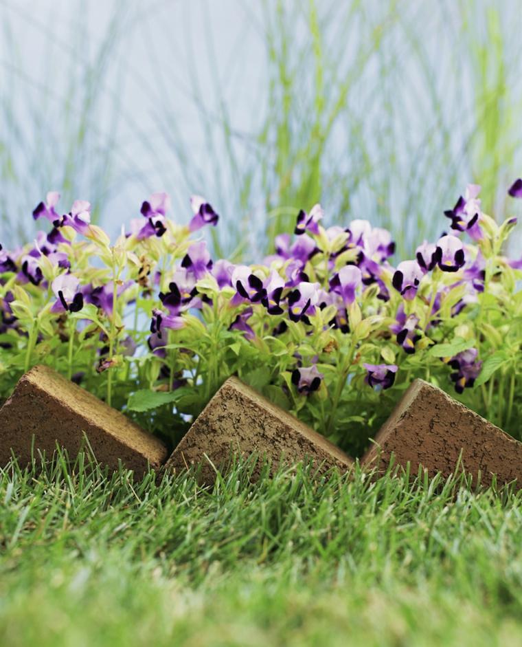 idee per aiuole giardino fai da te bordure con mattonelle triangolari