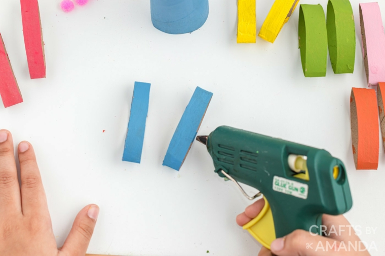 incollare con pistola per colla a caldo decorazioni pasquali con la carta