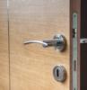 maniglia in metallo per porta di legno interna