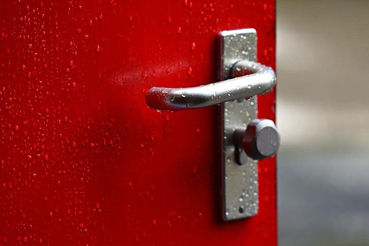 maniglie per porte porta di colore rosso lucido da esterno