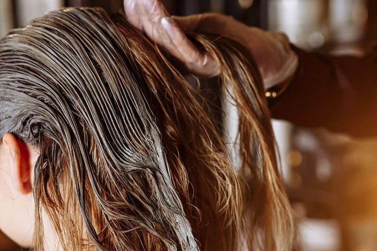 maschera per capelli grassi fai da te applicare trattamento sulla chioma