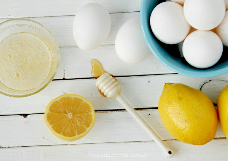 maschera per capelli grassi fai da te ciotola con uova e succo di limone