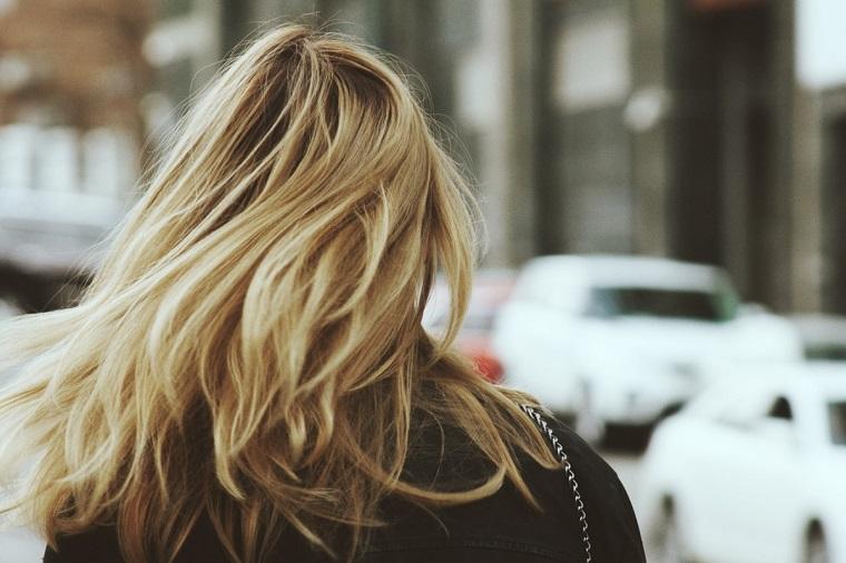 maschera per capelli rovinati donna con chioma bionda