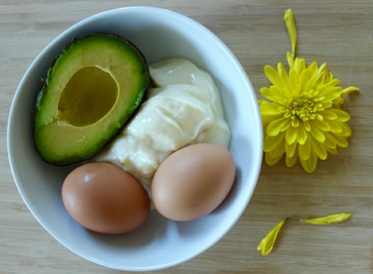 maschere per capelli fai da te semplici ciotola con avocado yogurt uova