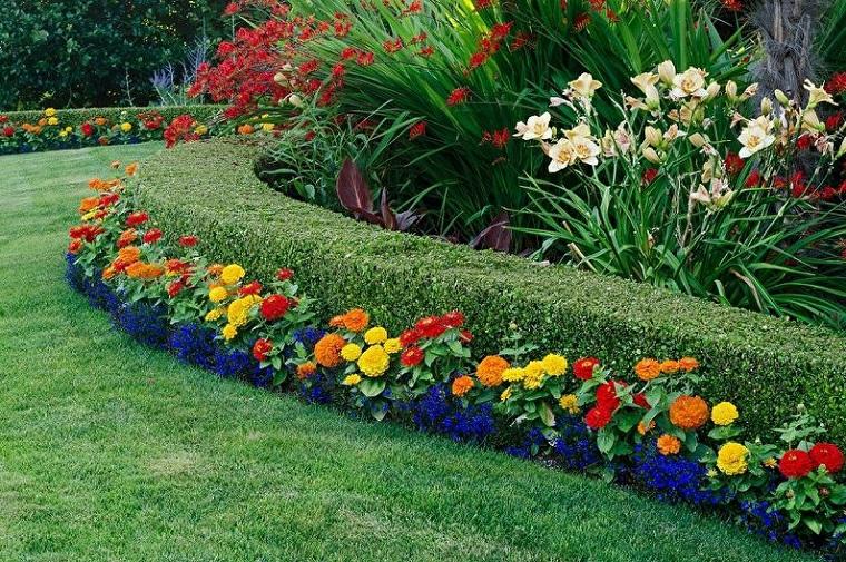 quali sono i fiori perenni per aiuola decorazione giardino con prato verde