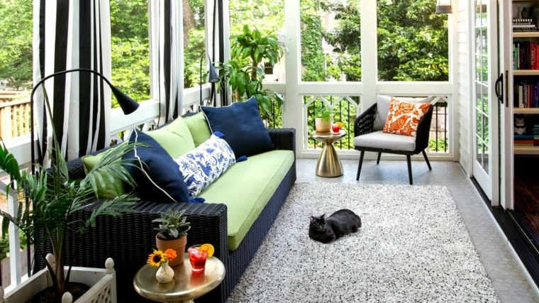 sunroom abitabile con divano e cuscini colorati decorazione pavimento con tappeto