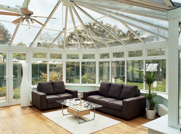 sunroom con porte scorrevoli in vetro arredo soggiorno con divani e tavolino