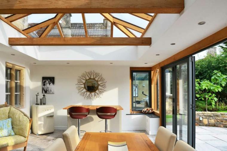 veranda abitabile con zona bar arredo con set di mobili sala da pranzo soffitto con travi di legno