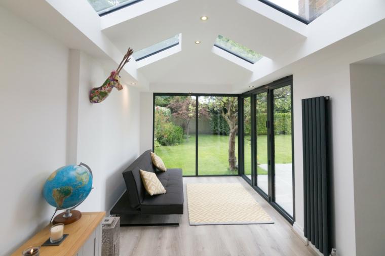 veranda con soffitto in vetro pavimento in legno con tappeto