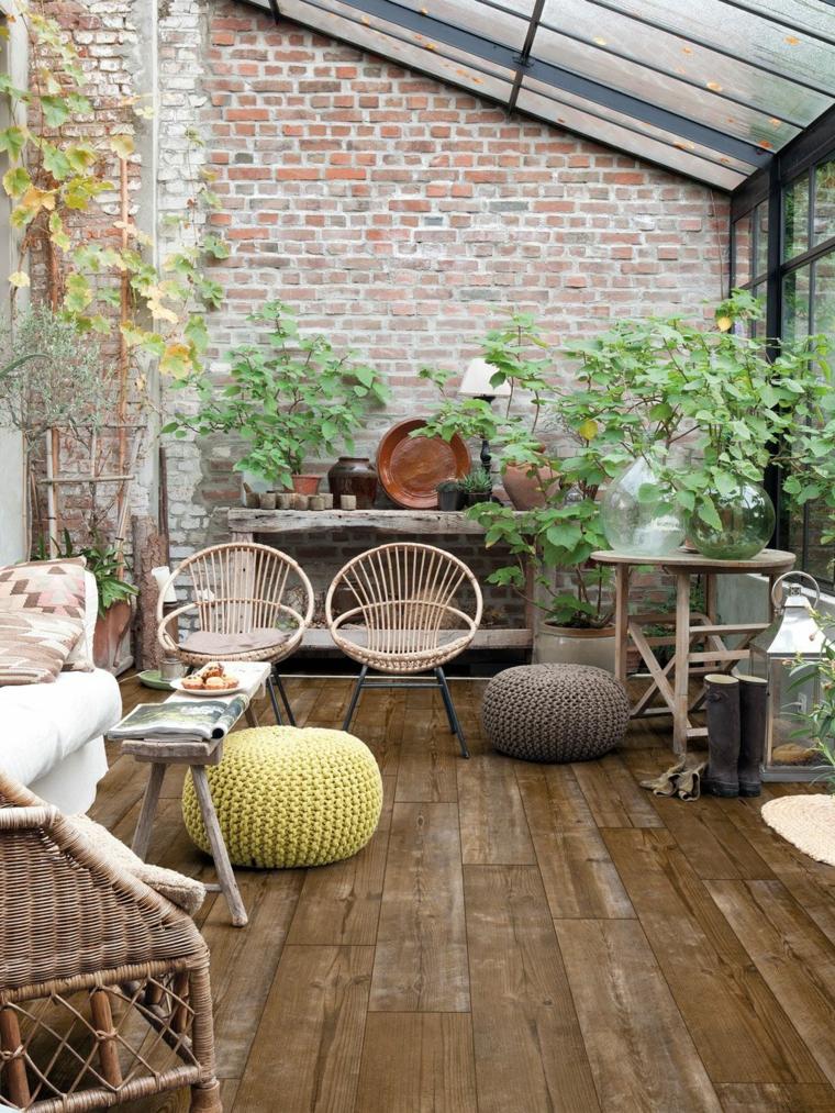 veranda coperta con vetrata arredo con mobili da esterno in rattan